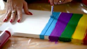 Peinture femelle d'artiste avec des couleurs acryliques sur la toile banque de vidéos