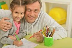 Peinture heureuse de père et de fille Photos stock