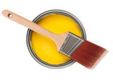 Peinture jaune avec le pinceau photo stock