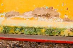 Peinture jaune d'épluchage sur le mur Photographie stock