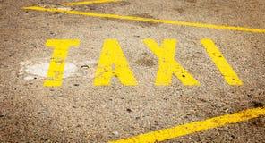 Peinture jaune sur la route qui indique une ligne de taxi Photographie stock