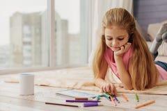 Peinture mignonne d'enfant par les stylos feutres Photographie stock libre de droits
