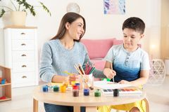 Peinture mignonne de petit enfant à la table Images stock