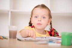 Peinture mignonne de petite fille Photographie stock