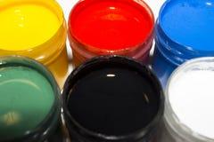 Peinture multicolore dans des pots pour le dessin Photographie stock libre de droits