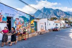 Peinture murale de rue avec le parc national de nez indien derrière, San Juan la Laguna, lac Atitlan, Guatemala photo libre de droits