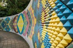 Peinture murale en céramique moderne colorée de mur dans Tokoname Images libres de droits