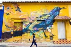 Peinture murale sur le mur jaune image stock