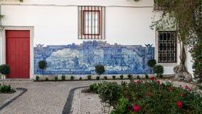 Peinture murale typique avec la scène de combat, faite de tuiles bleues, au secteur d'Alfamo images libres de droits