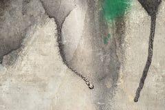 Peinture noire d'égoutture sur le mur grunge plan rapproché de fond Photo stock
