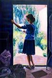 Peinture originale de la lecture de femme dans une porte illustration libre de droits
