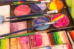 Peinture, palette et brosses de couleur sur le lieu de travail de l'artiste Dessin, créativité, art photos stock