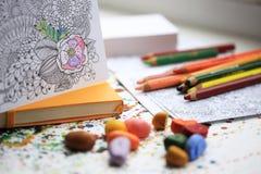 Peinture pour l'adulte avec des crayons et des crayons de couleur Carnet jaune de moleskine Photo libre de droits