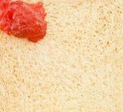 Peinture rouge de bourrage sur le pain Photos libres de droits