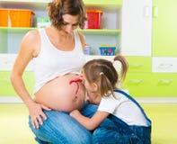 Peinture sur le ventre enceinte de mère Photo stock