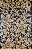 Peinture thaïlandaise d'art d'or sur le mur de tuile dans le temple Photo stock