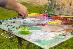Peintures à l'huile de mélange de la main de l'artiste masculin Photographie stock