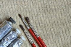 Peintures à l'huile et balais Photos stock