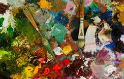Peintures à l'huile et brosse sur la palette abrégez le fond image libre de droits