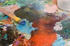 Peintures à l'huile et brosse sur la palette abrégez le fond photo stock