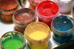 Peintures acryliques colorées dans de petites boîtes en plastique Photos stock