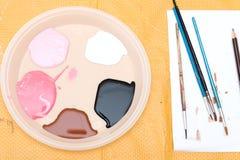 Peintures acryliques sur une palette Images libres de droits