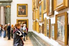 Peintures admiratives d'un visiteur féminin montrées chez Tate Britain Photographie stock libre de droits
