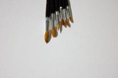 Peintures, brosses et album avec le papier d'aquarelle Photo libre de droits