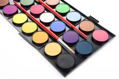 Peintures colorées d'aquarelles dans la palette avec des brosses d'isolement dessus photos libres de droits