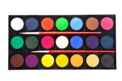 Peintures colorées d'aquarelles dans la palette avec des brosses d'isolement dessus image stock