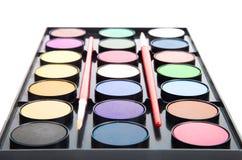 Peintures colorées d'aquarelles dans la palette avec des brosses d'isolement dessus photos stock