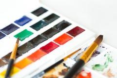 Peintures d'aquarelle réglées, palette et brosses Image stock