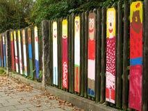 Peintures d'art d'enfant sur la barrière en bois Photos stock