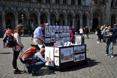 Peintures d'artiste de rue à vendre dans Grand Place, Bruxelles Images libres de droits