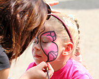 Peintures d'artiste sur le visage de la petite fille Image libre de droits