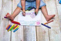 Peintures d'enfant avec des crayons Photographie stock libre de droits