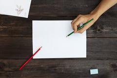 Peintures d'une femme avec les crayons colorés sur une page blanche Images stock