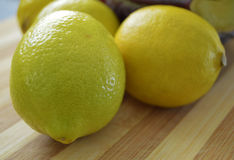 Peintures de citron sur le plus bon hachoir en bois Photo stock