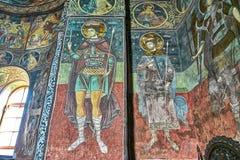 Peintures de mur bizantines des saints à l'intérieur de l'église orthodoxe en Roumanie image libre de droits