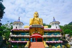 Peintures de mur et statues de Bouddha au temple d'or de caverne de Dambulla Photographie stock