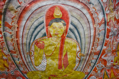 Peintures de mur et statues de Bouddha au temple d'or de caverne de Dambulla Photographie stock libre de droits