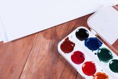 Peintures de papier et d'aquarelle sur le fond en bois Photo stock