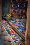 Peintures de souvenir à un marché en San Juan La Laguna, Guatemala Photographie stock