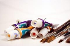 Peintures et balais photographie stock libre de droits