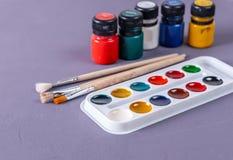 Peintures et balais colorés d'artiste Photos stock