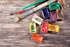 Peintures et balais d'aquarelle photo stock
