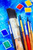 Peintures et brosses image stock