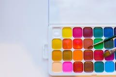 Peintures et brosses de couleur d'eau sur un fond blanc Leçons de peinture Copiez l'espace photographie stock libre de droits
