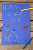 Peintures et message heureux de jour de pères sur le papier Photographie stock libre de droits