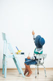 Peintures heureuses d'enfant avec la peinture Photo stock